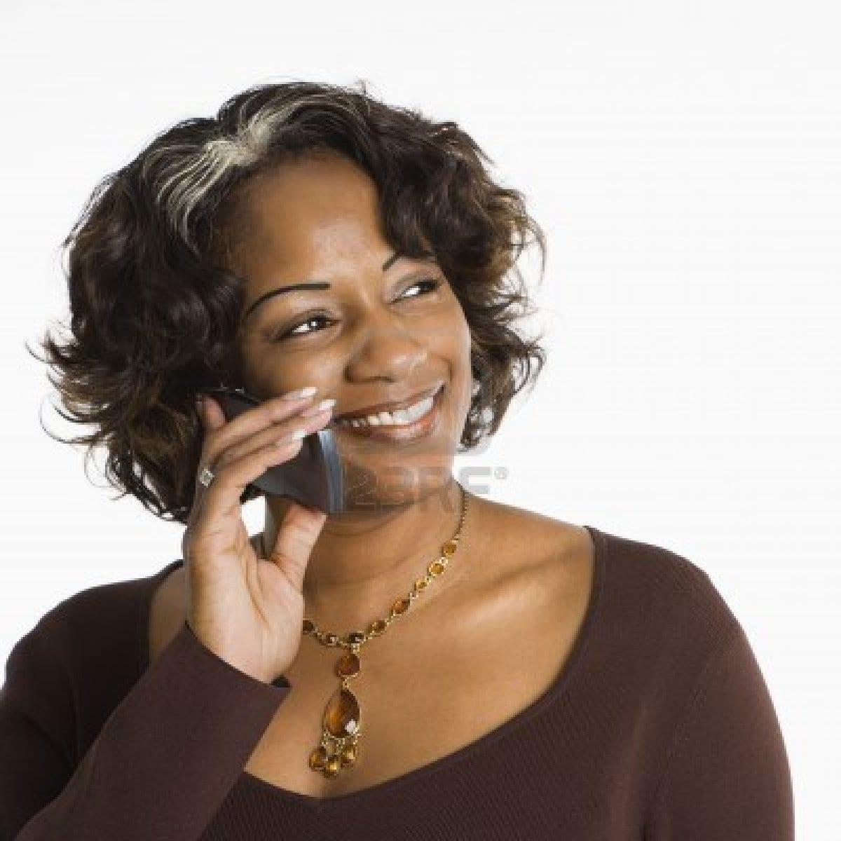 2115261-portrait-de-femme-tenant-telephone-a-l-39-oreille-et-souriant