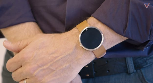 moto-360-on-wrist