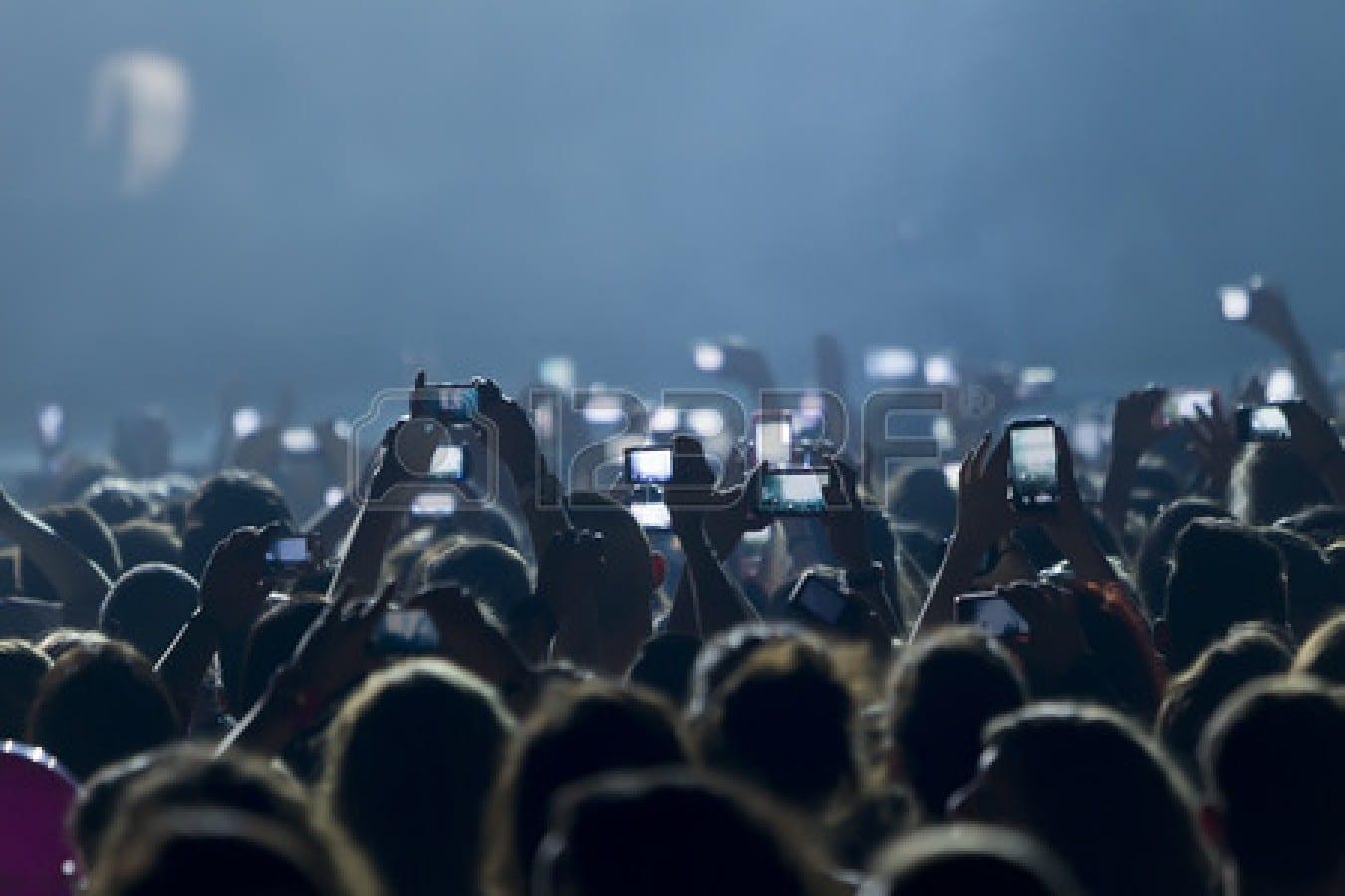 28230565-les-personnes-qui-prennent-des-photos-avec-telephone-tactile-intelligent-pendant-un-concert-public-d
